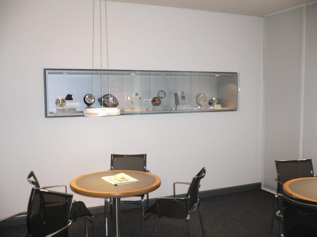 verkaufsvitrine-aus-glas